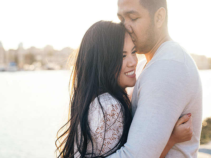 This woman learned how to tell someone you miss them and now she's hugging her boyfriend in the sun.