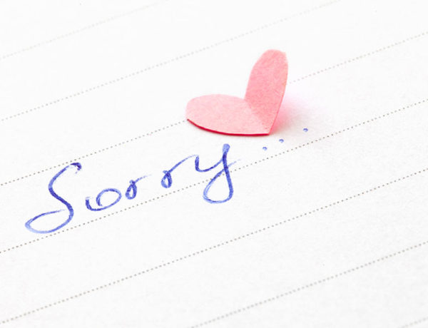 A note that says sorry with a heart: one good way how to say sorry to your girlfriend.