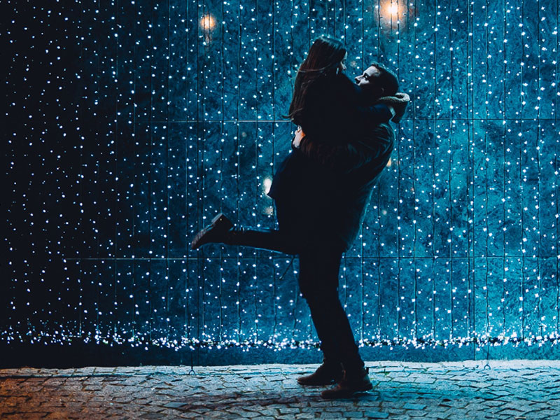 A couple who took this dating advice for 2019 kissing in the rain.