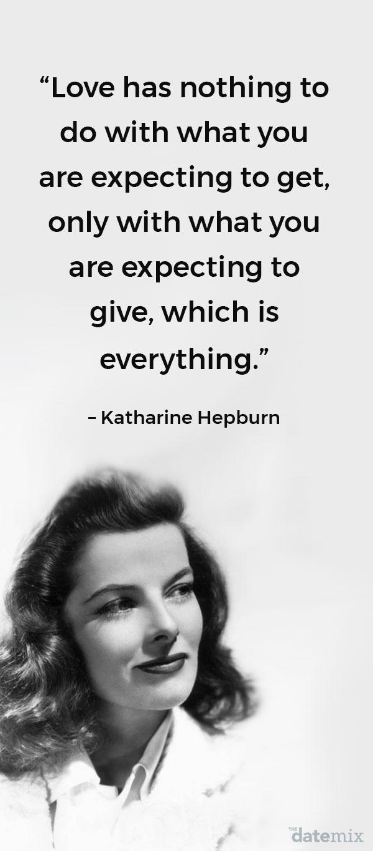 Une photo de Katharine Hepburn avec la vraie citation d'amour ci-dessous écrite au-dessus de sa tête.