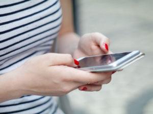 Une femme utilisant certaines de ces stratégies d'ouverture de Tinder pour entamer une conversation avec un homme de l'application.