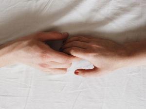 Une femme apprend à quitter quelqu'un que vous aimez en tenant la main de la personne avec laquelle elle se sépare.