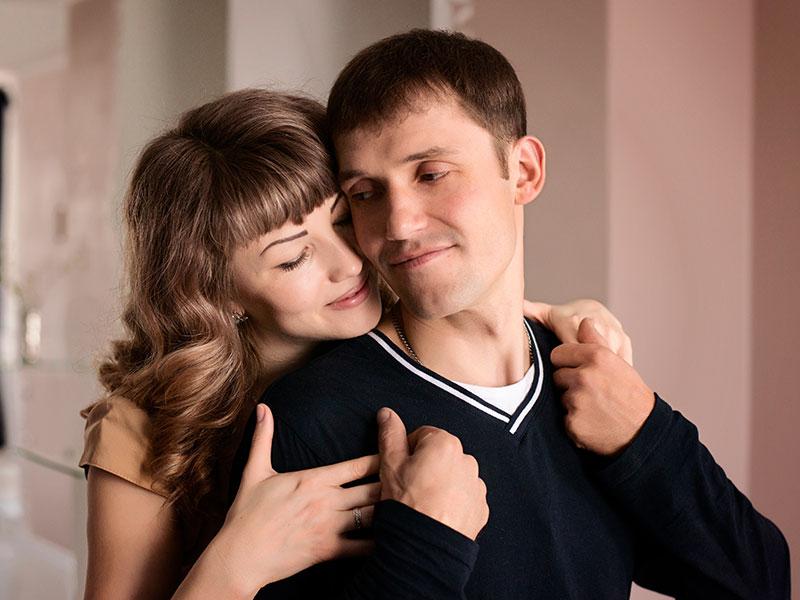 Une femme codépendante qui serre dans ses bras son partenaire narcissique.