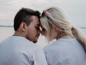 Un couple qui a peur de l'intimité s'appuyant l'un contre l'autre et réfléchissant.