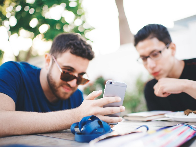 10 Tinder Tips That Guys Need to Hear